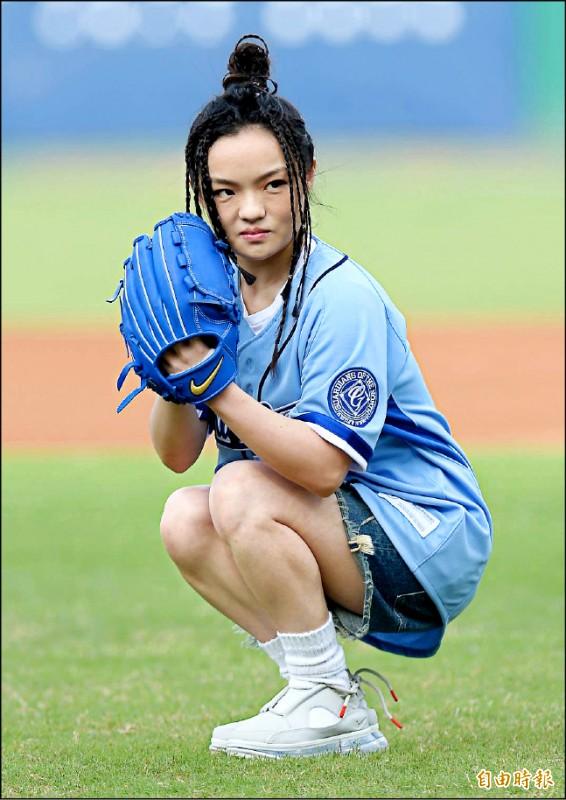 富邦悍將昨邀徐佳瑩開球,有過前次開球的經驗,她這次採用先蹲再投的姿勢。(記者林正堃攝)