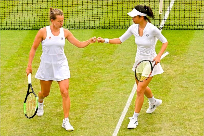 謝淑薇(右)與史崔可娃殺進溫網女雙4強,今將爭奪決賽門票。 (法新社)