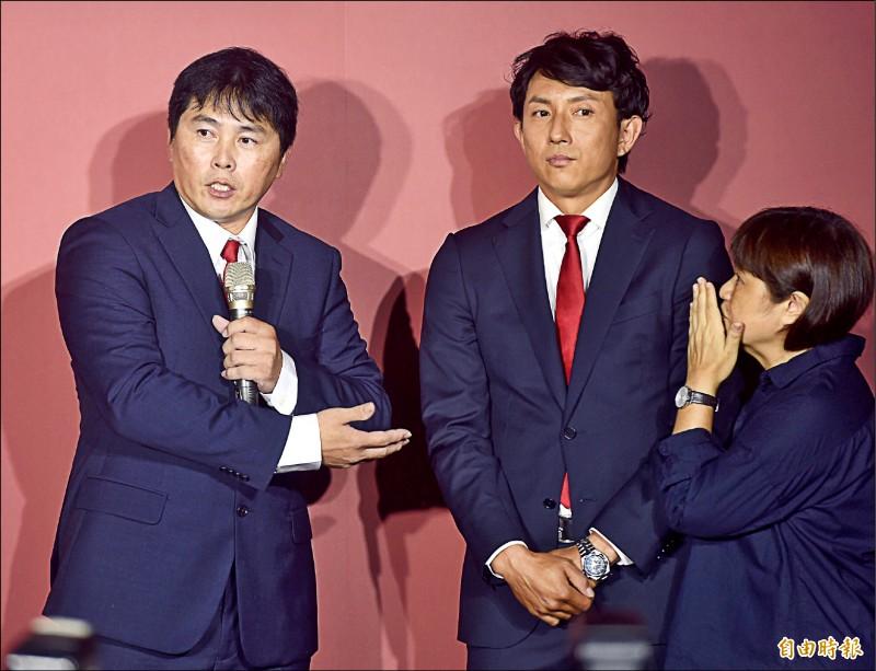 味全龍總教練葉君璋(左)介紹來台擔任客座教練的前大聯盟球星川崎宗則(中)。(記者簡榮豐攝)