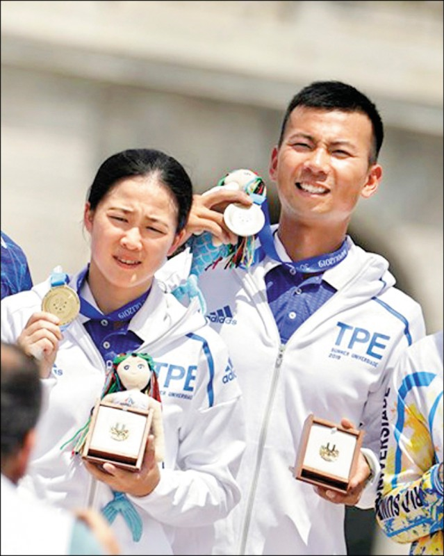 台灣反曲弓混雙組合魏均珩/彭家楙,昨在世大運擊敗強敵獲得金牌。(大專體總提供)
