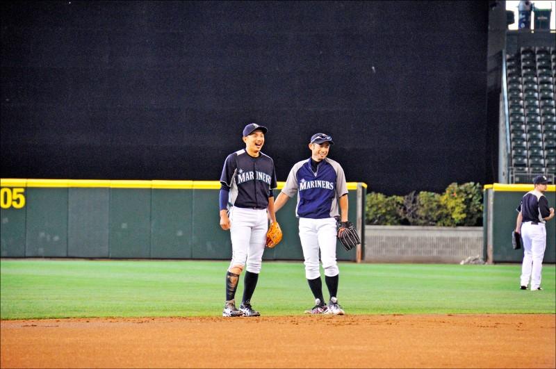 川崎宗則(左)之前曾追隨鈴木一朗(右)到水手隊打球。 (資料照)