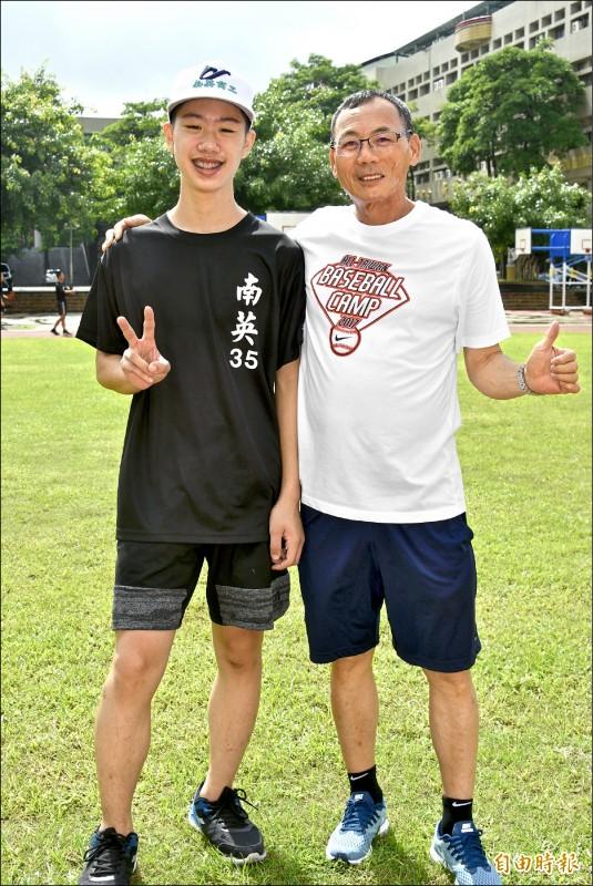 南英教練陳献榮(右)勉勵張勝翔,「盡力就好,不要給自己太大壓力」。(記者倪婉君攝)