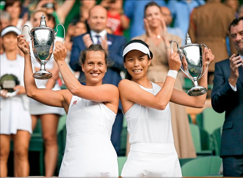 台灣女將謝淑薇和捷克搭檔史崔可娃,昨在溫布頓網球錦標賽女雙決賽以6:2、6:4擊退對手,收下兩人合作以來首座大滿貫。(美聯社)