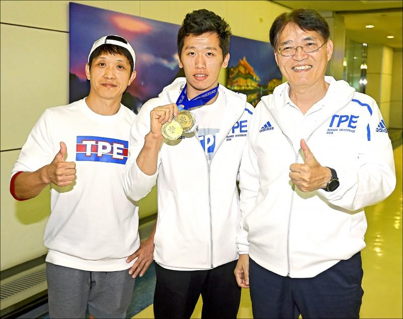 李智凱(中)進帳157.5萬元,成為世大運獎金王。圖左為教練林育信,圖右為體育署長高俊雄。(資料照)