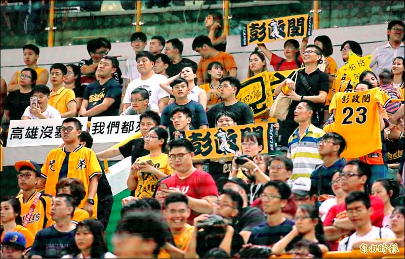 看台上兄弟球迷舉著「高雄沒塞車,我們都來了」的海報進場相挺,可惜沒看到偶像彭政閔出賽。(記者黃志源攝)