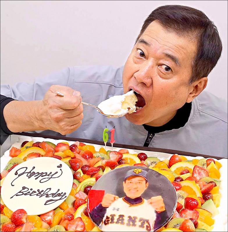 巨人隊監督原辰德昨度過61歲生日,收到媒體贈送的特大號蛋糕和紅酒。(取自巨人臉書)