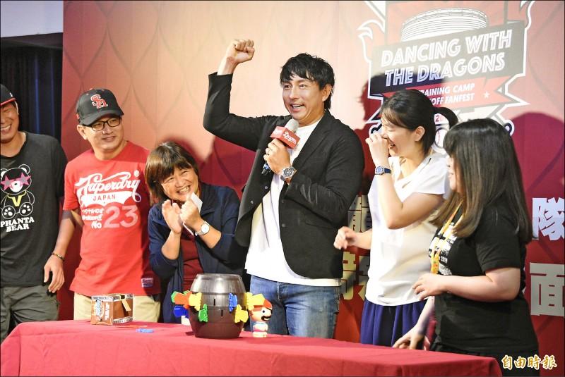 味全龍昨為日籍球星川崎宗則(右3)舉辦球迷早餐會,與球迷玩遊戲同樂。 (記者龔乃玠攝)