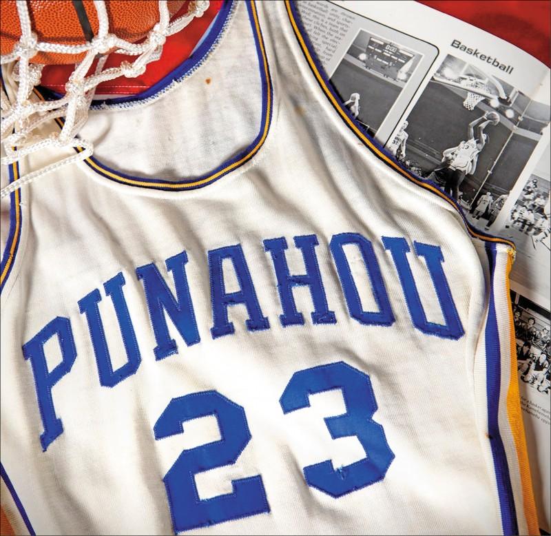 前美國總統歐巴馬一件原本已被丟棄的高中籃球實戰球衣,在拍賣會上380萬台幣賣出。(取自網路)