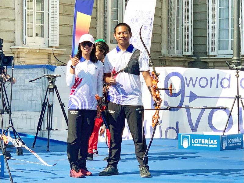 戴宇軒(右)在射箭世青少錦標賽反曲弓項目,拿下個人金牌。(教練劉展明提供)