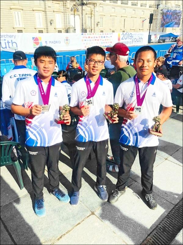 戴宇軒(右起)、蘇于洋、劉泰言合力摘下反曲弓團體銀牌。(教練劉展明提供)
