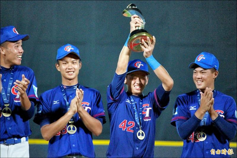 台灣隊長鄭宗哲(右二)昨高舉冠軍金盃,李晨薰(左一)鼓掌同賀。(特派記者羅志朋攝)