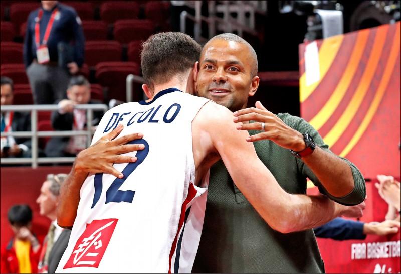 前NBA球星「法國小跑車」帕克(右),在法國奪勝後,開心和德科洛相擁。(路透)