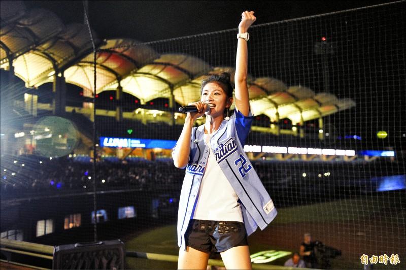 歌手李千那賽後現場開唱。(記者陳志曲攝)