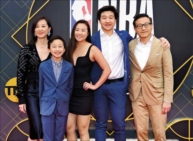 蔡崇信(右)以近35億美元收購籃網隊,正式成為首位來自台灣的NBA老闆,圖為他與家人合照。(法新社)