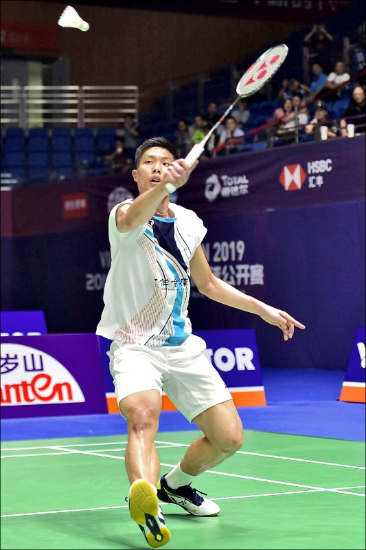 台灣一哥周天成在8強賽不慎弄傷右小指,敗給今年世錦賽銀牌安童森。(法新社)