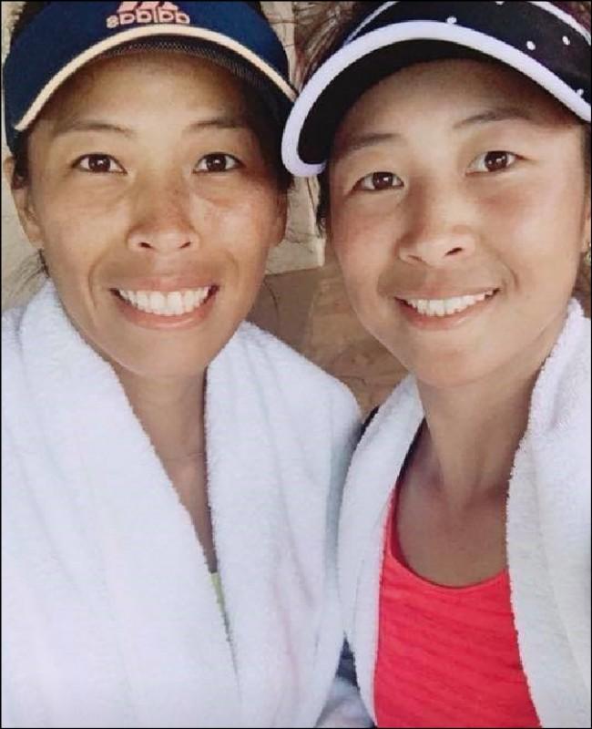 謝淑薇姊妹於泛太平洋女網雙打4強賽領先時,比賽因雨中斷。(取自謝淑薇臉書)