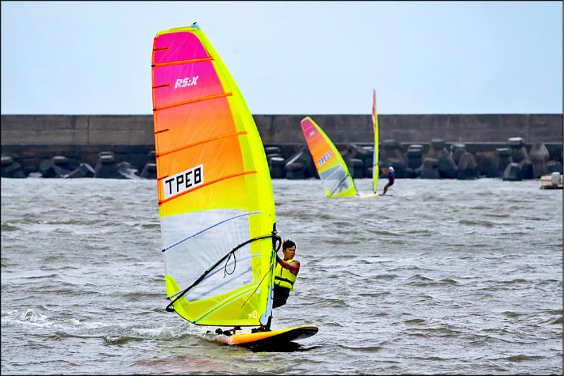 全運會帆船賽因風浪太強,4天賽事縮水成1天,張浩輕鬆7連霸。 (張浩提供,許國強攝)
