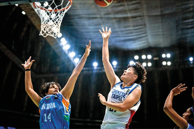 林育庭(右)飆出台灣隊最高15分。(取自FIBA網站)