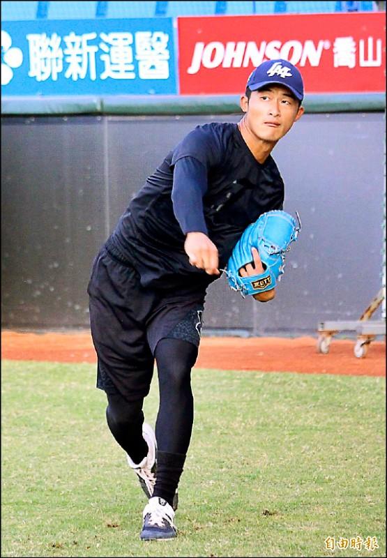 桃猿教頭洪一中表明會帶12名投手,23歲張明翔確定在名單內。(記者羅志朋攝)