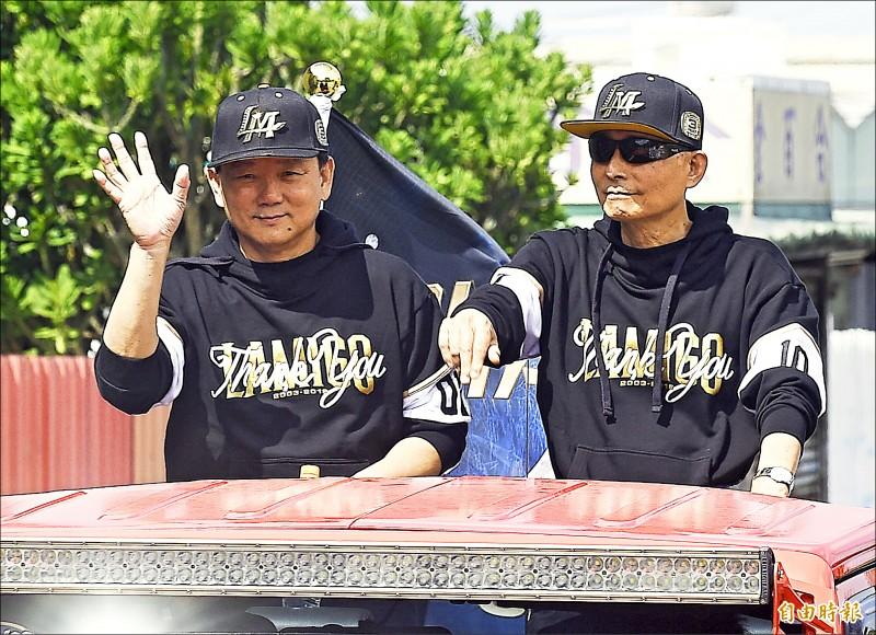 桃猿隊總教練洪一中(左)與LaNew集團董事長劉保佑(右)。(記者陳志曲攝)