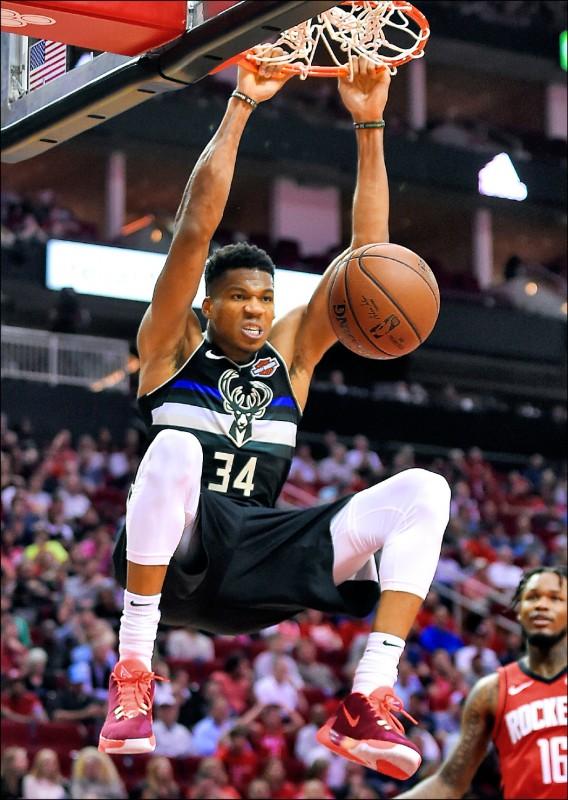 近三季NBA年度MVP昨同場較勁,新科MVP「字母哥」亞德托昆波略勝一籌。(美聯社)