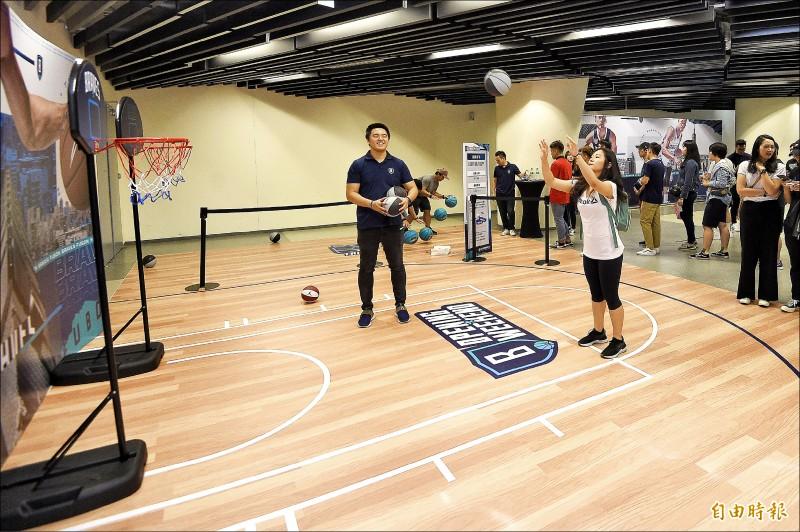 富邦勇士打造頂級主場,和平籃球館不僅設有小遊戲,還有美食街可打牙祭。 (記者陳志曲攝)