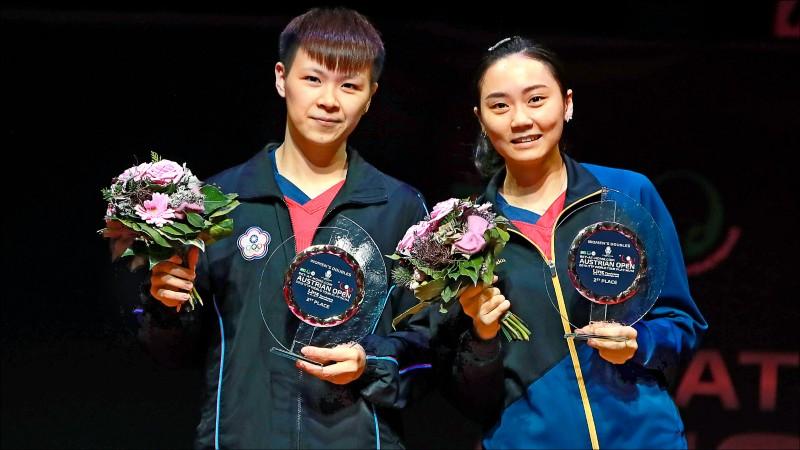 陳思羽(左)和鄭先知奪下女雙亞軍。(取自國際桌總官網)
