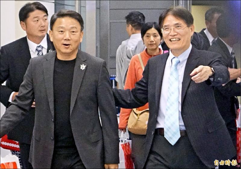 十二強賽台灣隊總教練洪一中(左)昨率領球員返國,體育署長高俊雄(右)到場接機。(記者姚介修攝)