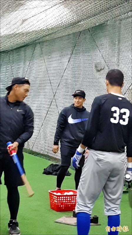 陳傑憲(中)加入青棒營教練團,指導年輕學員。(記者林宥辰攝)