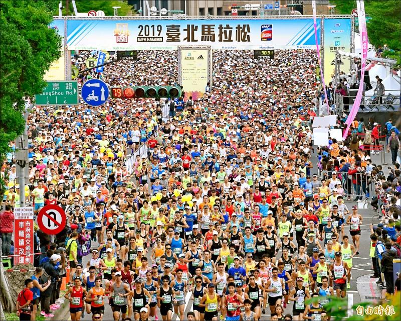 2019年台北馬拉松昨天在台北市府廣場前鳴槍起跑,吸引62國、超過2.8萬名跑者共襄盛舉。(記者方賓照攝)