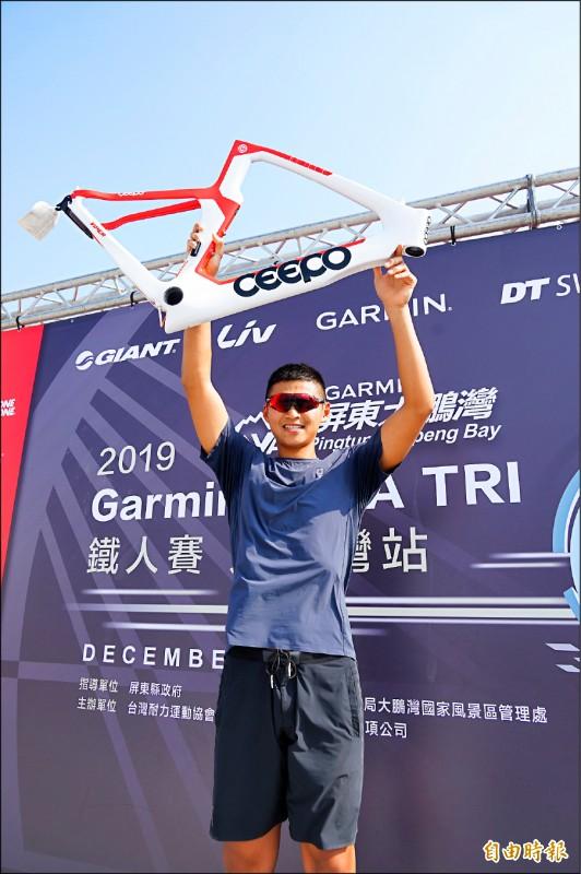 謝育宏自行車破紀錄,獲得市價高達13萬元的車架。 (記者陳彥廷攝)