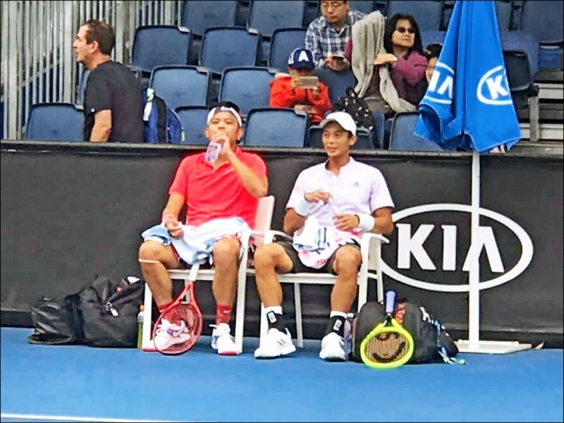 盧彥勳(右)與謝政鵬生涯首度合拍、在澳網64強惜敗。(取自盧彥勳臉書)