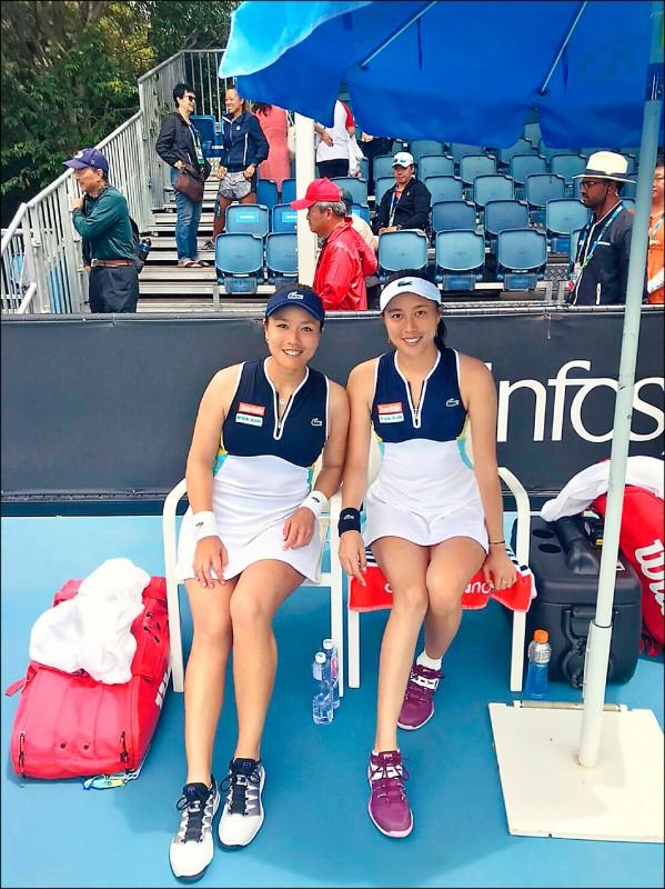 詹詠然(左)與詹皓晴澳網2連勝,率先挺進女雙16強。(詹詠然提供)