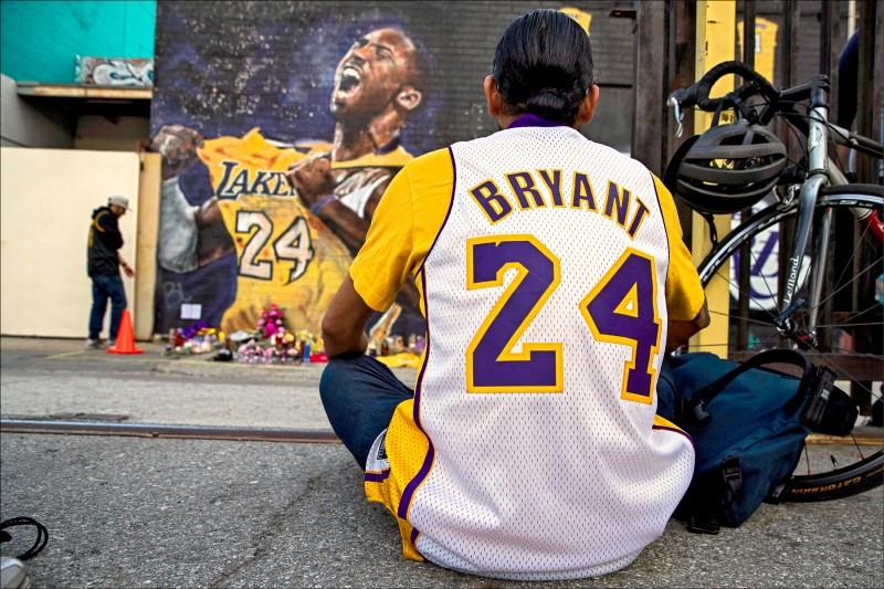 NBA傳奇球星布萊恩前天墜機過世,昨天在湖人主場史戴波中心附近廣場,仍有不少球迷到場緬懷布萊恩。(歐新社)