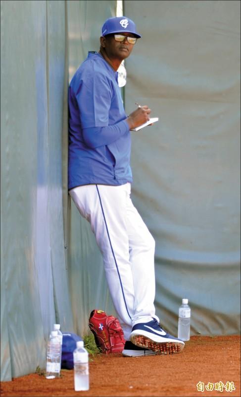 投教沙諾期許自己調教投手能像建仔一樣成功。(記者黃志源攝)