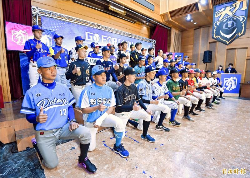 高中木棒聯賽賽前記者會,參賽隊伍派出代表為比賽揭開序幕。 (記者陳志曲攝)