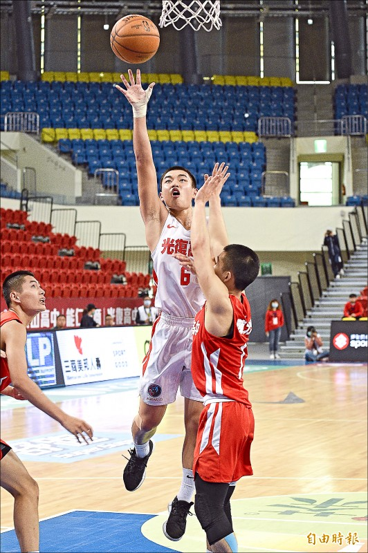 光復高中劉佑煒(中)昨進帳HBL個人新高11分,幫助球隊贏球。 (記者陳志曲攝)