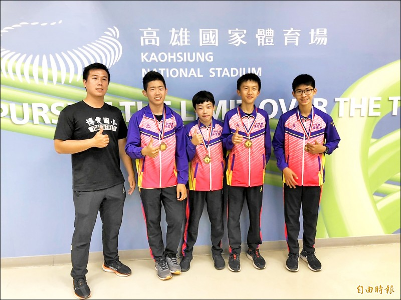 新竹縣博愛國小男子接力隊拿下銅牌,左二為危宇澤,左一為教練簡志豪。(記者粘藐云攝)