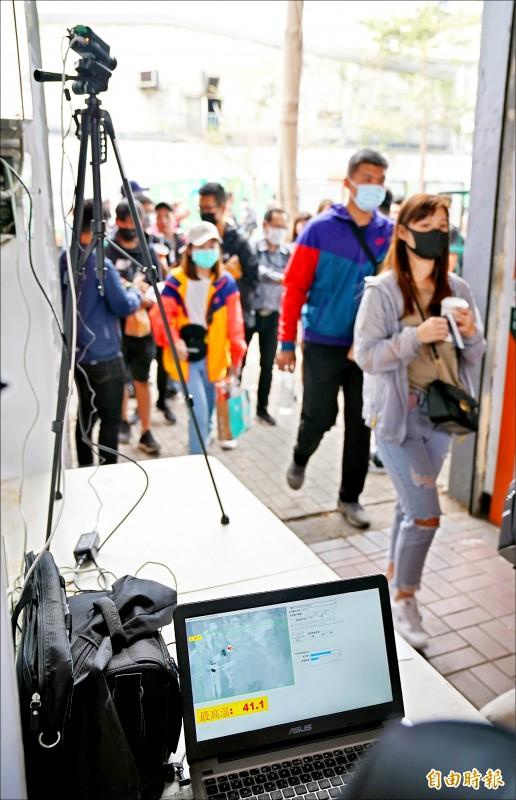 台南球場昨「追加」熱顯像儀偵測體溫。(記者黃志源攝)