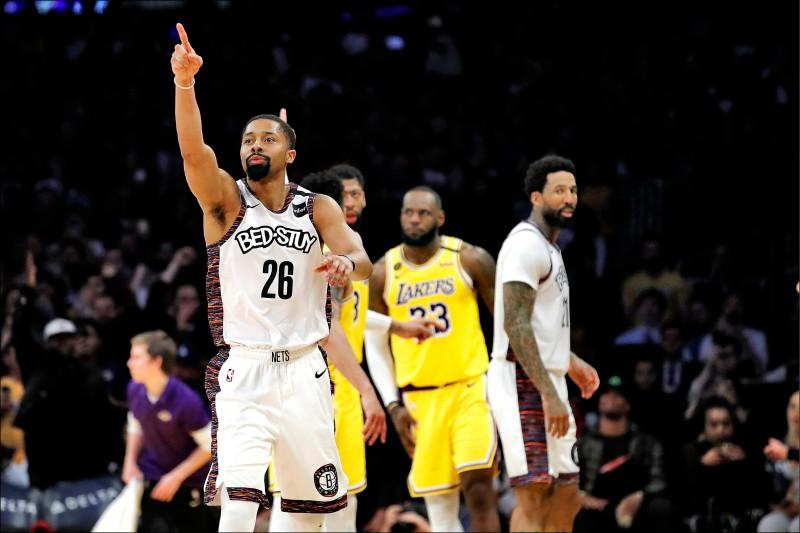 籃網昨作客洛杉磯,汀維迪(左1)投進致勝球,斬斷湖人連勝。(美聯社)