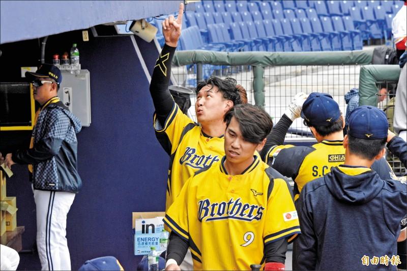 許基宏(左)單場雙響砲。(記者龔乃玠攝)