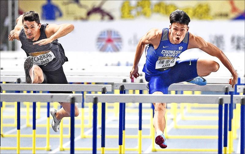 陳奎儒(右)在去年台灣田徑公開賽奪男子110公尺跨欄銀牌,今年因疫情影響田協宣布停辦賽事。(資料照)