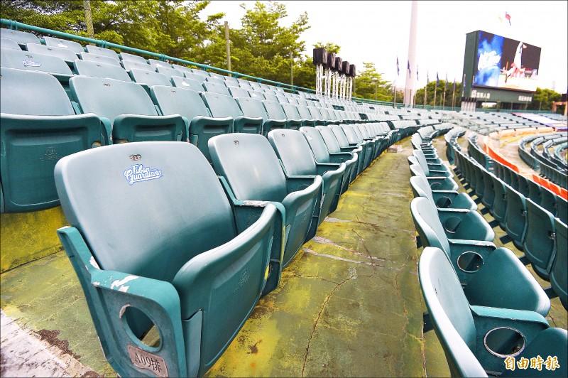 因應單場觀眾上限放寬,悍將昨已將新莊球場外野座位區貼標記。(記者陳志曲攝)