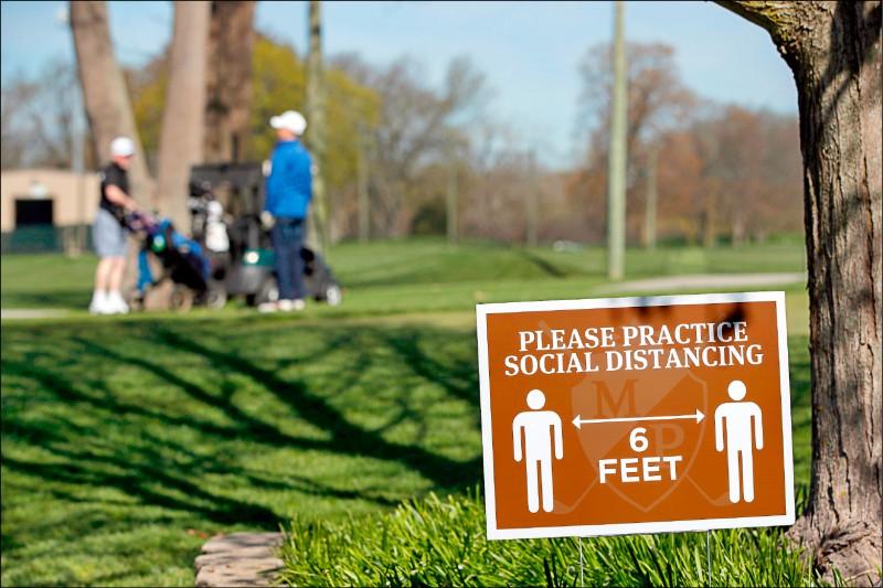 美國高球場拚防疫,設置保持社交距離告示牌。(資料照,法新社)