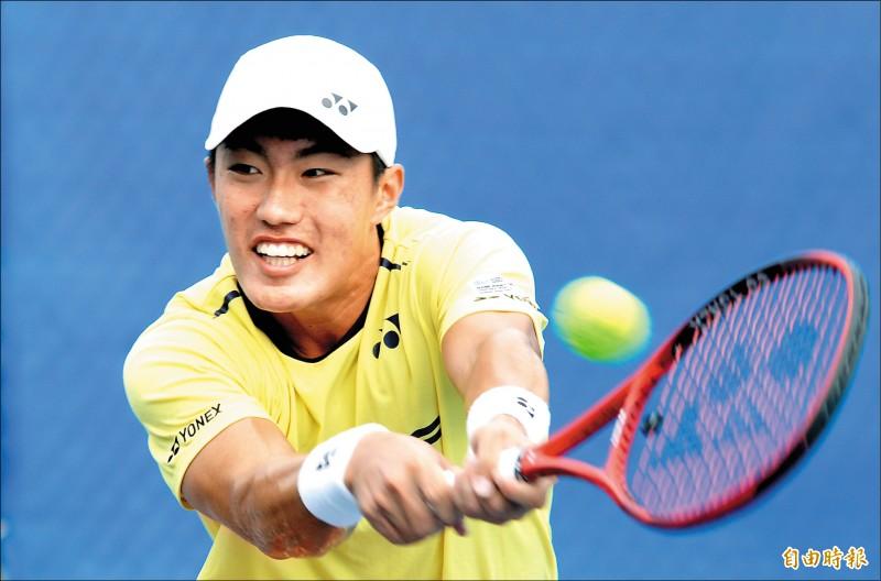 防疫盃網球賽男單會內賽首戰,許育修昨以直落二勝出,輕鬆晉級次輪。(記者林正堃攝)
