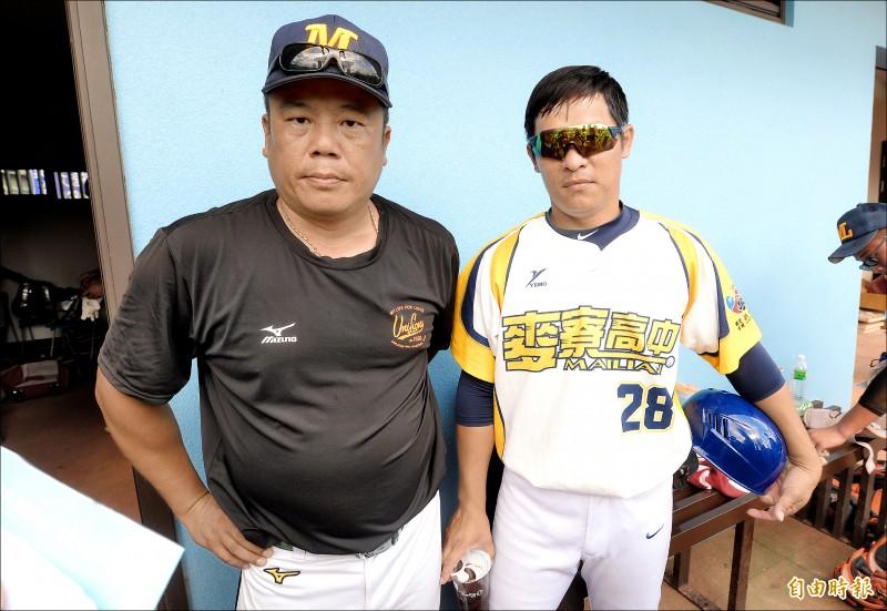 前職棒悍將教練林宗男(右)協助麥寮高中教頭楊博超(左)帶領選手。(記者林正堃攝)