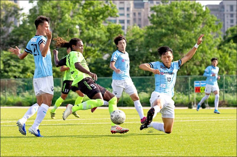 台灣鋼鐵頂級外援班奇(左2)突破防守,上下半場各進一球。(足協提供)
