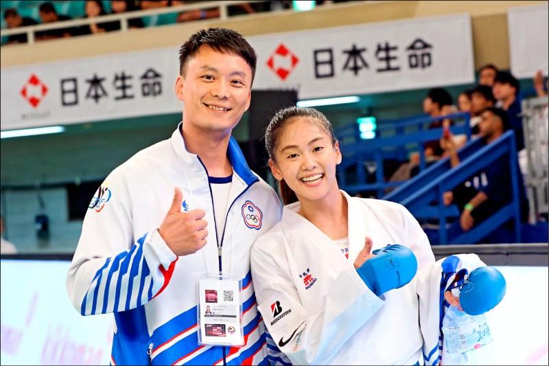 文姿云(右)取得教練黃昊昀(左)信任。(取自文姿云臉書)