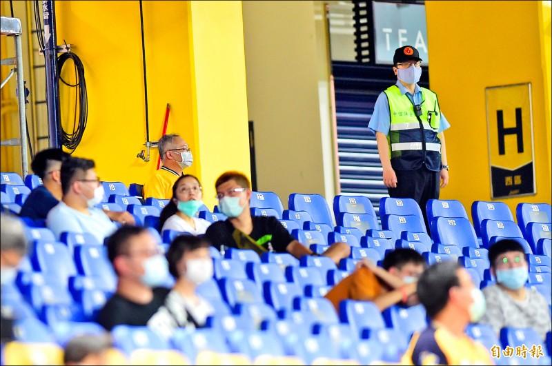 中信兄弟球團加派保全人員在球場維護秩序。(記者廖耀東攝)