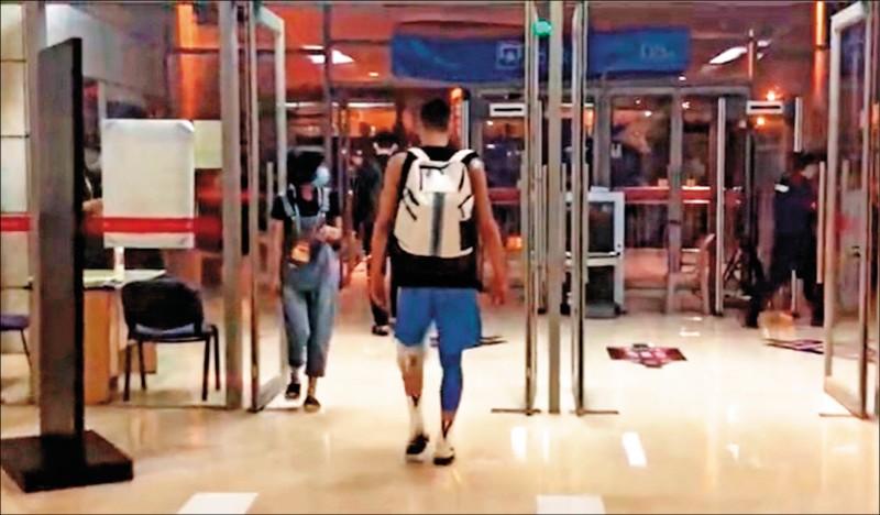 林書豪左膝裹著冰袋走出球場的黯然身影,讓球迷直呼心疼。(取自網路)